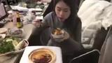 Nữ nhân viên vô tư nấu lẩu ăn ngay trong văn phòng