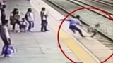 Lao mình cứu cô gái tự tử trước mũi tàu hỏa ở Trung Quốc