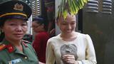 Ảnh: Hoa hậu Phương Nga cười tươi như hoa trước khi vào xét xử