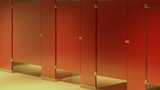 Video: Nhà vệ sinh công cộng luôn dùng vách hở vì lý do nhân văn này