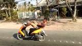 Thanh niên lái xe máy bằng chân trên quốc lộ 1