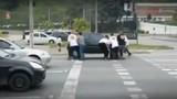 Nhóm thanh niên hóa siêu nhân nhấc bổng ôtô vượt đèn đỏ