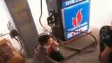 Khiếp vía cảnh trai trẻ thản nhiên hút thuốc ở cây xăng