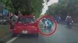 Kiểu sang đường thách thức xe cộ của gái trẻ