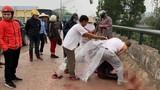Người phụ nữ chở con nhỏ bị chém tới tấp trên cầu Cứng: Kẻ thủ ác là ai?