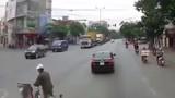 Xe container bẻ lái thần kỳ tránh người đàn ông sang đường ẩu