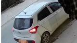 """Video: Dân mạng dậy sóng vì mẹ con """"đạo chích"""" đi ô tô trộm 2 hộp sữa"""