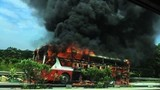 Video: Xe giường nằm cháy trơ khung trên cao tốc Hà Nội - Lào Cai