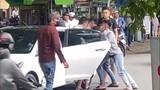 """Video: Thanh niên bị """"bắt cóc"""" giữa ban ngày, bạn lao ôtô tới giải cứu"""