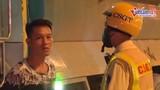 """Video: Tài xế vi phạm """"rủ bạn"""" ra quay phim, chụp ảnh ngăn CSGT xử lý"""