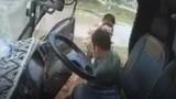 Video: Ba CSGT đập cửa xe, đánh tài xế