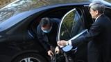 Ông Vũ Huy Hoàng đến tòa bằng xe Mercedes, đã có thể tự bước đi