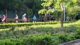 Người dân bỏ qua quy định phòng COVID-19, tập trung đông người đi thể dục