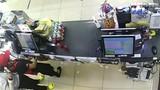Video: Nữ nhân viên cửa hàng bị thanh niên kề dao cướp táo tợn