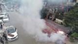 """Đám cưới đốt pháo đỏ đường ở Hà Nội: Con ai mà """"gan to"""" vậy?"""