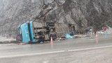 Xe khách tự lật trên đèo Thung Khe, 2 người tử vong