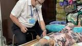 Cận cảnh người lớn tuổi được tiêm vắc xin COVID-19 'tại gia'