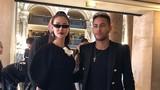 Maya chụp ảnh cùng cầu thủ Neymar tại show diễn Balmain