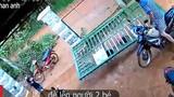 Video: Đứng tim nhìn cổng sắt đổ sập, đè lên người 2 em bé