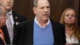 Bị khép tội hiếp dâm, Harvey Weinstein bỏ hàng trăm tỷ bảo lãnh tại ngoại