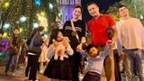 Jennifer Phạm vác bụng bầu vượt mặt đi chơi cùng ông xã và 2 con
