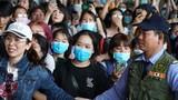 Fan vây kín Tân Sơn Nhất đón nhóm nhạc Hàn bất chấp dịch corona