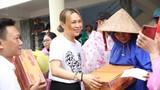 Mỹ Tâm lội nước bì bõm đi cứu trợ đồng bào miền Trung