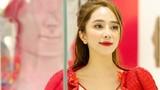 Diễn viên Quỳnh Nga đẹp gợi cảm với váy đỏ rực