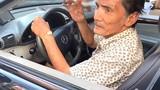 Nghệ sĩ Thương Tín tập lái xe trước khi về quê dưỡng bệnh