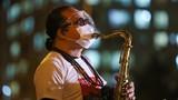 Xúc động Trần Mạnh Tuấn thổi saxophone trước 10.000 bệnh nhân COVID-19