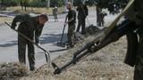Binh sĩ Ukraine bị bắt đi quét đường ở Donetsk