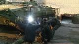 """Tình nguyện viên Ukraine """"chế"""" giáp cho xe bọc thép"""