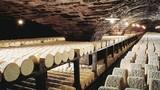 Kỳ dị phô mai xanh hảo hạng sản xuất trong hang động khổng lồ