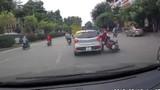 Video: Ô tô con cố tình đánh võng, húc ngã cặp đôi đi xe máy