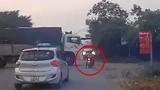 Video: Người phụ nữ suýt gặp nạn khi vượt xe tải quay đầu
