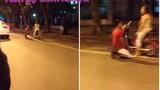 Trai trẻ quỳ gối cầu xin cô gái giữa đường gây xôn xao