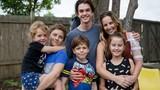 Bố bắn mẹ thương nặng, cách 5 đứa con cứu mẹ gây xúc động