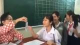 """Video: Cô giáo lì xì học sinh theo phong cách """"bá đạo"""" khiến ai cũng vui như Tết"""