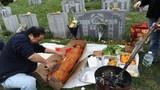 Mẹ chồng tức điên vì con dâu mang lộn bánh mì đi viếng mộ