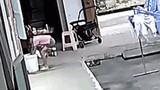 Video: Chị gái phản ứng kịp thời, cứu em trai thoát nạn trong gang tấc