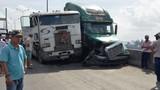 Hai xe container va chạm, cầu Phú Mỹ tê liệt nhiều giờ