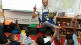 Giáo sư mặc quần đùi dạy học: Có lạ với thế giới?