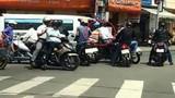 """Video: Đôi nam nữ dàn cảnh đụng xe """"chôm"""" tiền bị dân vây bắt"""