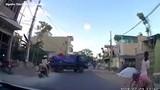 Video: Đột ngột qua đường, cô gái gây tai nạn rồi thản nhiên bỏ đi