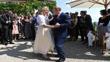 Tổng thống Vladimir Putin khiêu vũ tại đám cưới của ngoại trưởng Áo