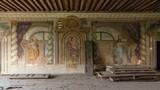 Ngỡ ngàng bên trong dinh thự xa hoa bỏ hoang ở châu Âu