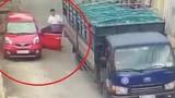 Video: Tài xế mở cửa ô tô thiếu quan sát bị xe tải va gãy