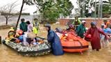Video: 150 chiếc thuyền hơi vượt dòng nước xiết đến với đồng bào vùng lũ