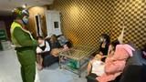 Giữa tâm dịch COVID-19, 6 đôi nam nữ lén lút hát karaoke
