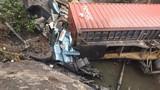 Xe container rơi xuống mương nước, tài xế tử vong thương tâm